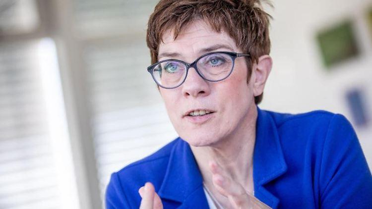 Annegret Kramp-Karrenbauer, Bundesvorsitzende der CDU, spricht während eines Interviews. Foto: Michael Kappeler/Archivbild
