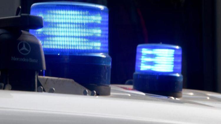 Die Blaulichter sind auf den Dächern von Polizeifahrzeugen zu sehen. Foto: Carsten Rehder/Archiv