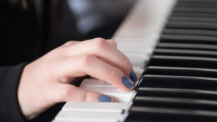 dac050aa8bf532 Ein Schülerin der 6. Klasse spielt während des Musikunterrichts auf einem  Keyboard. Foto
