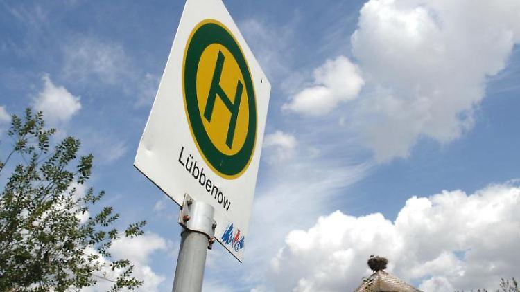 Blick auf das Schild einer Bushaltestelle in Lübbenow im Landkreis Uckermark. Foto: Stefan Sauer/dpa/Archiv