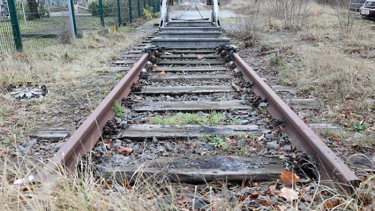 Die Gleise der ehemaligen Darßbahn sind mit einem Prellbock blockiert. Foto: Bernd Wüstneck/Archivbild