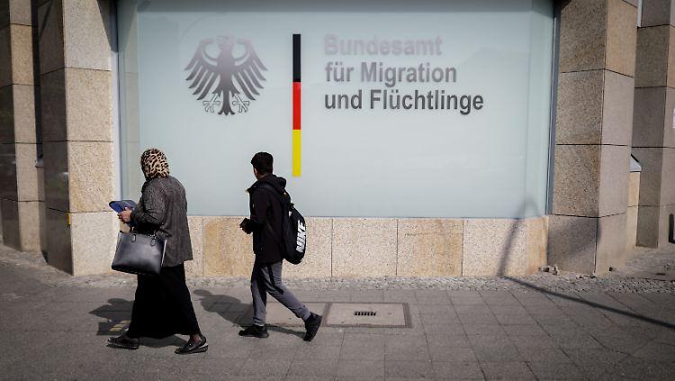 Das Pilotprojekt wird unter anderem vom Bundesamt für Migration und Flüchtlinge und dem Bundesinnenministerium verantwortet.