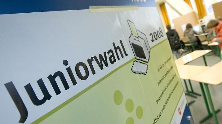 Ein Plakat mit dem Hinweis auf die Juniorwahl hängt an der Tür eines Klassenraums. Foto: Friso Gentsch/Archiv