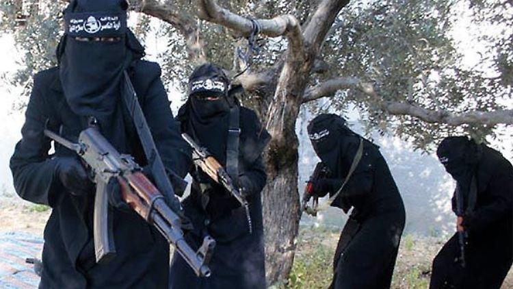 Ein undatierter Screenshot aus einem Propagandavideo des IS zeigt verschleierte Kämpferinnen.