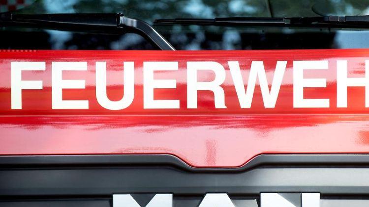 Ein Fahrzeug der Feuerwehr steht am Straßenrand. Foto: Hauke-Christian Dittrich/Archivbild