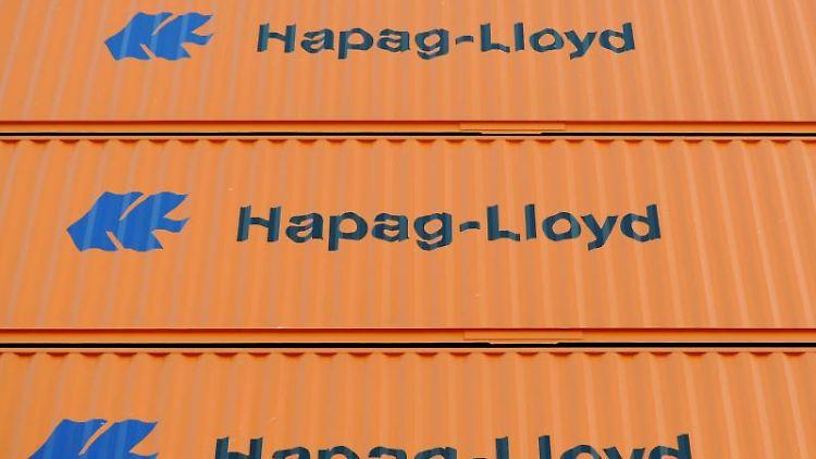 Hapag-Lloyd Container stehen auf einem Schiff. Foto: Angelika Warmuth/Archivbild