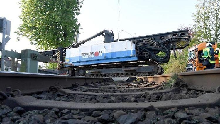 Ein mit einer Ramme beladener Sattelzug steht nach der Kollision mit einem Zug auf einem Bahnübergang. Foto:CarstenRehder