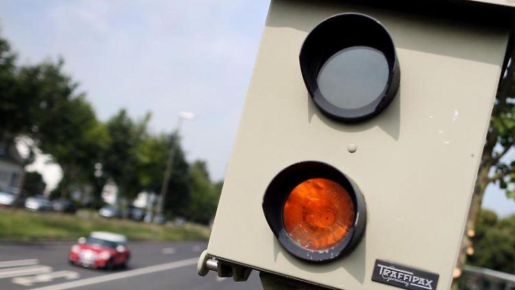 Ein Messgerät zur Geschwindigkeitsmessung, umgangssprachlich Blitzer genannt, steht am Strassenrand. Foto: Martin Gerten/Archivbild