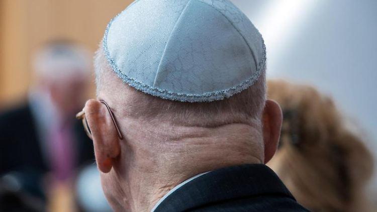 Ein Mann trägt eine Kippa. Foto: Jens Büttner/Archvibild