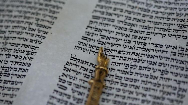 In der Synagoge liegt eine Thorarolle. Foto: Jens Büttner/Archivbild