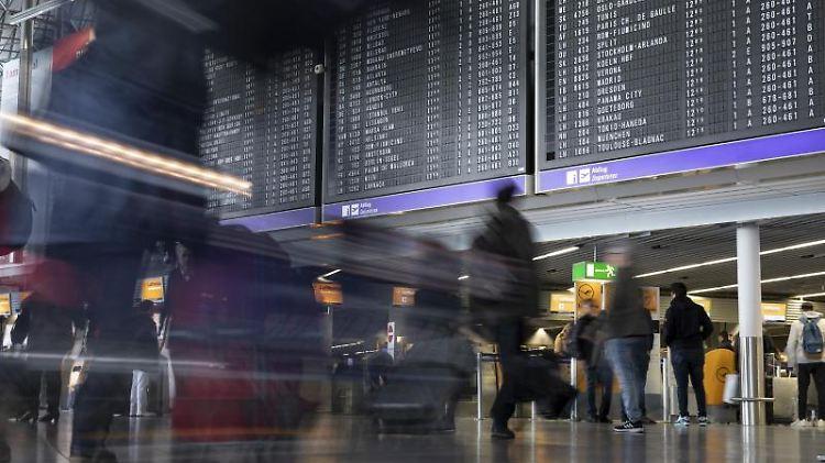 Dichtes Gedränge herrscht an einem Terminal des Flughafens Frankfurt. Foto: Lukas Görlach/Archiv