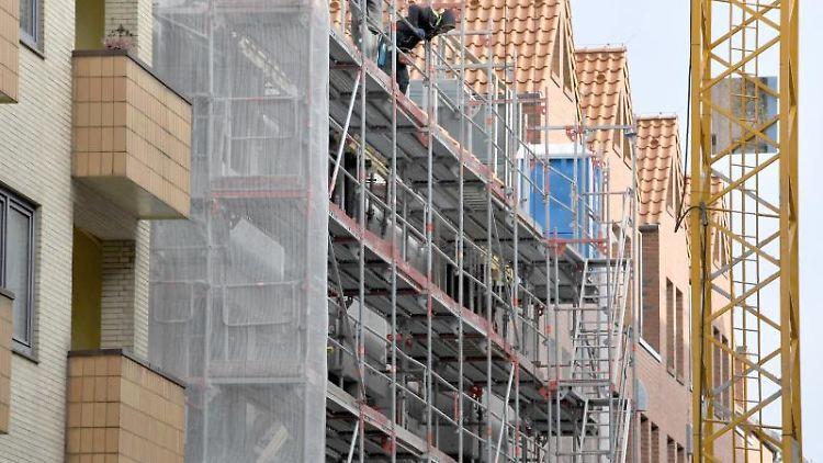Ein Gerüst steht an der Baustelle eines Wohn- und Geschäftshauses. Foto: Carsten Rehder/Archiv