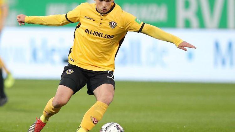 Jannis Nikolaou von Dynamo Dresden spielt den Ball. Foto: Daniel Karmann/Archiv