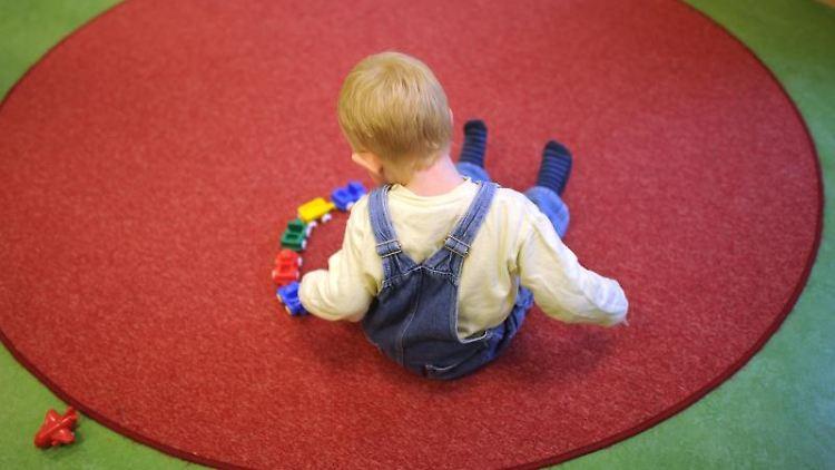 Ein Kind spielt in einer Kinderkrippe in Hannover (Niedersachsen). Foto: Julian Stratenschulte/Archiv