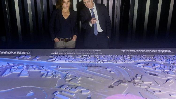 Erster Bürgermeister Peter Tschentscher (SPD) und Geschäftsführerin Susan Molzow bei Eröffnung des