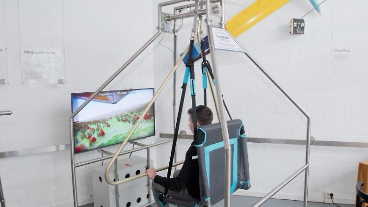 Ein Mitarbeiter des Otto-Lilienthal-Museums fliegt im neuen mechanisch-virtuellen Hängegleiter-Simulator.Foto:Stefan Sauer