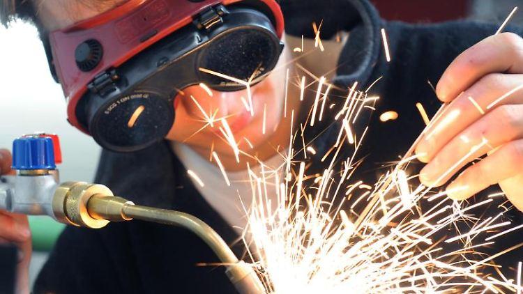 Der Wasser-Installateur Ronni Meißner bereitet sich mit einer Gasschweißarbeit auf seine Meisterprüfung vor. Foto: Waltraud Grubitzsch/Archiv