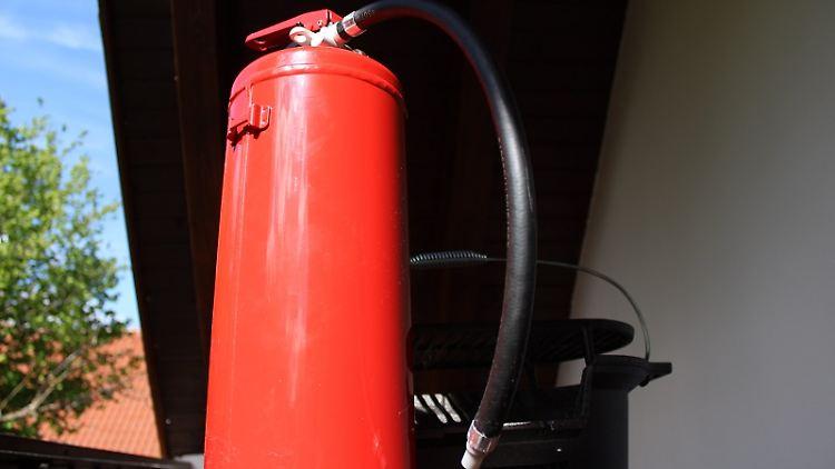 Gefahren beim Grillen-sicherheit beim grillen-Feuerlöscher-die frau am grill-web.jpg