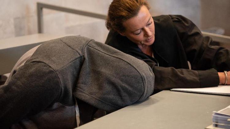 Der Angeklagte im Prozess um den Familien-Mord in Gunzenhausen bespricht sich im Gerichtssaal mit seiner Anwältin. Foto:Nicolas Armer/Archivbild