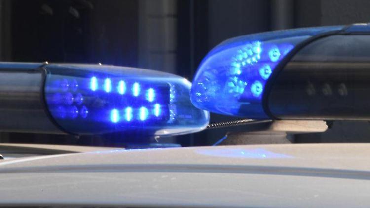 Blaulichter leuchten auf den Dächern von Polizeifahrzeugen. Foto:CarstenRehder/Archivbild