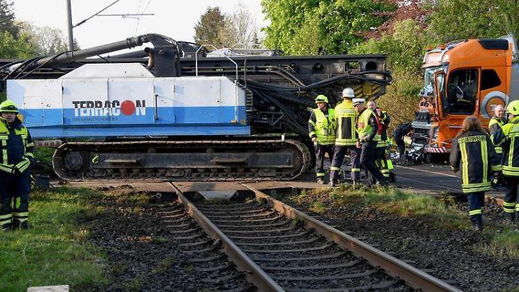 Ein mit einer Ramme beladener Sattelzug steht nach der Kollision mit einem Zug auf einem Bahnübergang. Foto:Carsten Rehder/Archiv