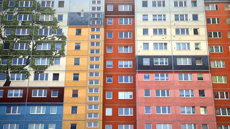 Farblich gestaltete Plattenbauten an der Frankfurter Allee im Bezirk Friedrichshain. Foto: Wolfgang Kumm/Archivbild