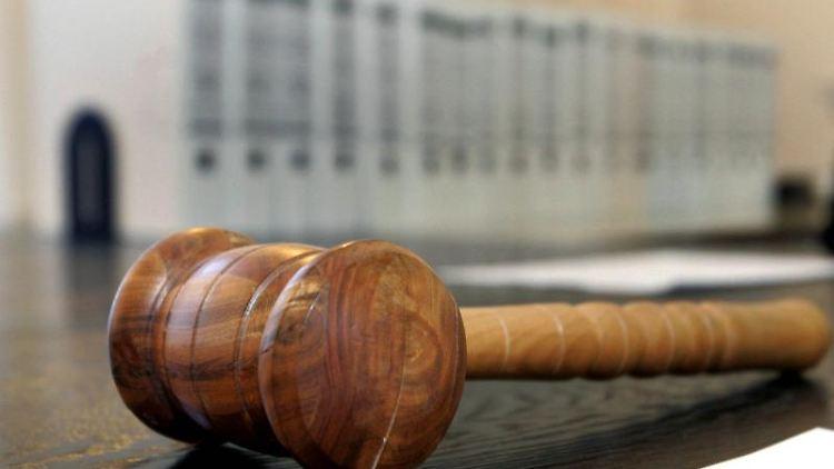 Ein hölzerner Hammer liegt auf der Richterbank in einem Verhandlungssaal. Foto: Uli Deck/Archivbild