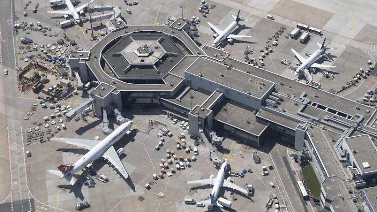 Passagierflugzeuge stehen an ihren Gates am Terminal 1 des Flughafens (Aufnahme aus einem Hubschrauber). Foto: Boris Roessler