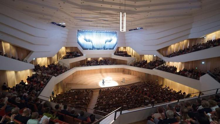 Die Gäste sitzen im Kulturpalast Dresden während eines Konzerts auf ihren Plätzen. Foto: Sebastian Kahnert/Archivbild
