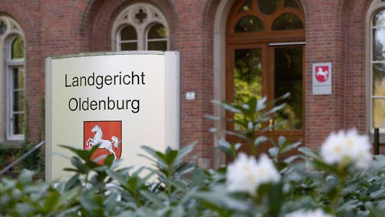 Schild vor dem Landgericht Oldenburg mit dem Wappen von Niedersachsen. Foto: Martin Remmers/Archivbild