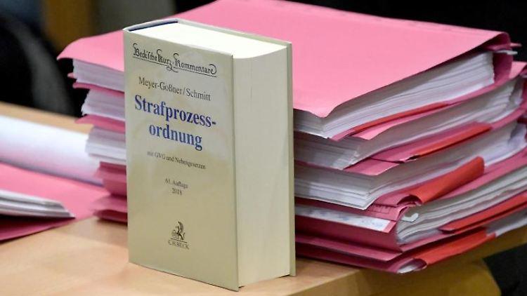 Ein Kommentar zur Strafprozessordnung und Akten liegen auf einem Tisch im Verhandlungssaal.Foto:CarstenRehder/Archivbild