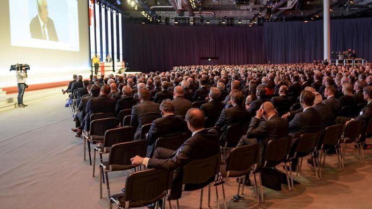 Besucher des 26. Deutschen Sparkassentages hören im Forum der Messehallen den Vorträgen zu. Foto: Axel Heimken