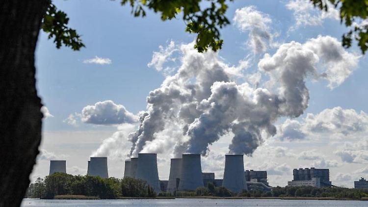 Wasserdampf steigt aus den Kühltürmen eines Braunkohlekraftwerkes in der Lausitz. Foto: Patrick Pleul/Archivbild