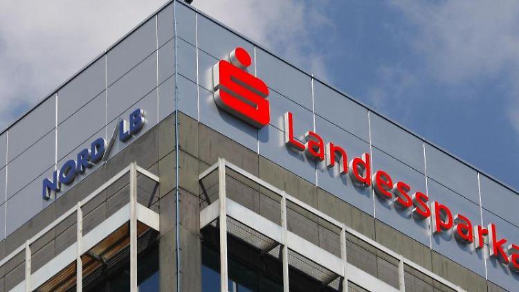 Das Logo der Landessparkasse und der Nord/LB an der Fassade des Geschäftsgebäudes in Braunschweig. Foto: Peter Steffen/Archivbild
