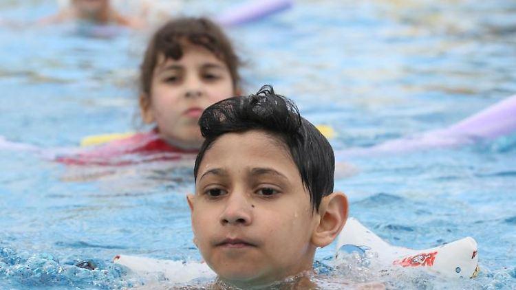 Schwimmunterricht in der Schule. Foto: Stephanie Pilick/Archivbild