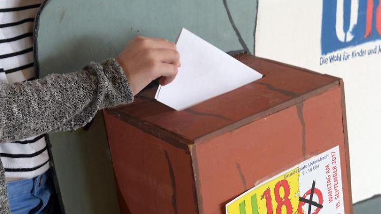 EinMädchen gibt bei der Jugendwahl U18 ihre Stimme ab. Foto: Stefan Puchner/Archivbild