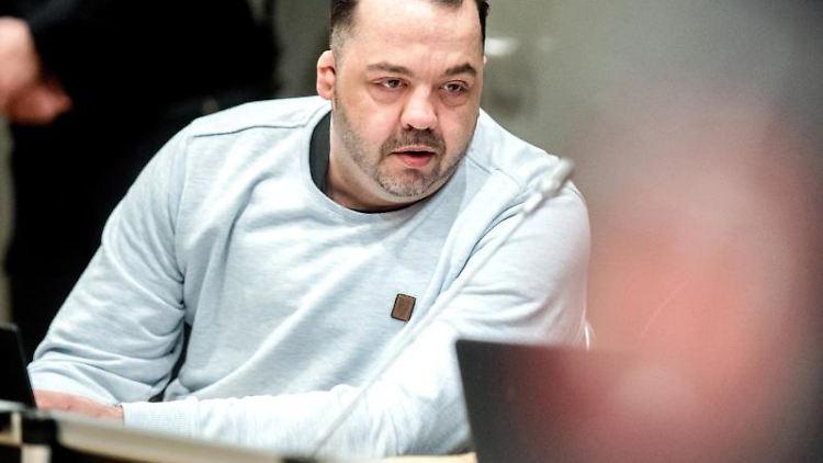 Der wegen Mordes an 100 Patienten angeklagte Niels Högel sitzt im Gerichtssaal. Foto: H.-C. Dittrich/dpa/Archiv
