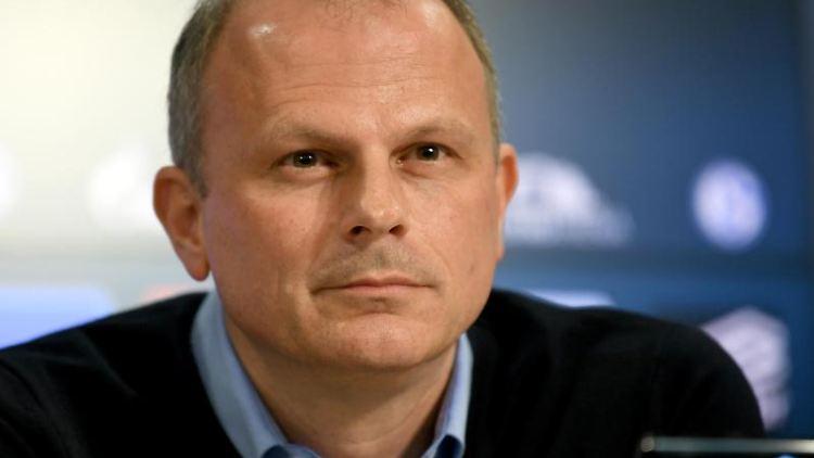 Schalkes Sportvorstand Jochen Schneider wünscht EX-Club VfBStuttgart den Klassenerhalt. Foto: Ina Fassbender/dpa/Archiv