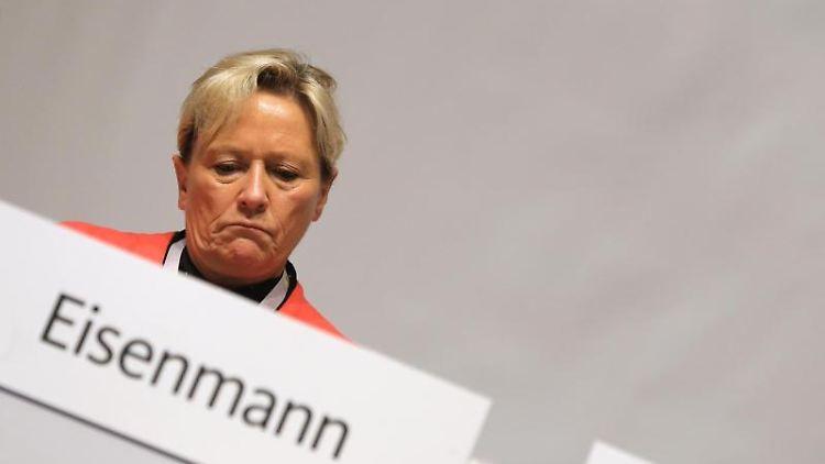 Susanne Eisenmann (CDU), baden-württembergische Kultusministerin, sitzt beim Landesparteitag auf dem Podium. Foto: Karl-Josef Hildenbrand/Archiv