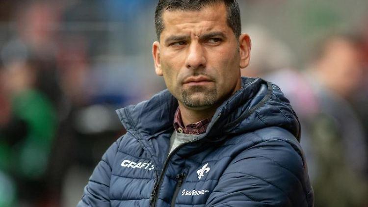 Trainer Dimitrios Grammozis von Darmstadt steht vor dem Spiel im Stadion. Foto: Armin Weigel/Archiv
