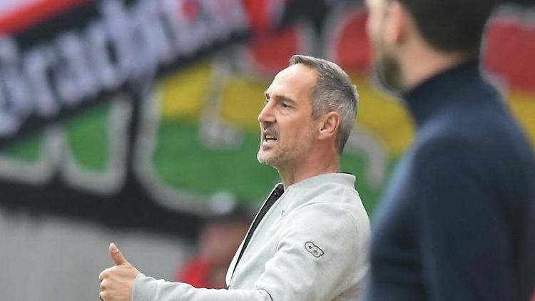 Adi Hütter (l), Trainer von Eintracht Frankfurt gestikuliert an der Seitenlinie neben dem Trainer von Mainz 05. Foto: Silas Stein/Archiv