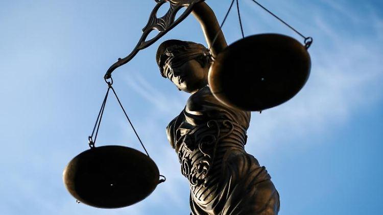 Eine Statue der Justitia hält eine Waage in ihrer Hand. Foto: D.- W. Ebener/Archiv