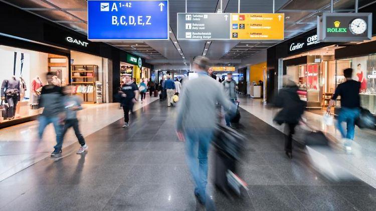 Passagiere gehen durch den Transitbereich des Frankfurter Flughafen. Foto: Andreas Arnold/Archivbild
