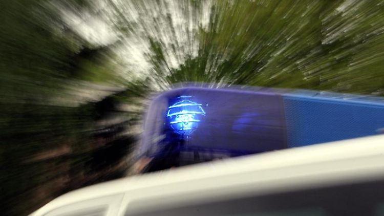 Das Blaulicht eines Polizei-Einsatzfahrzeuges leuchtet. Foto: Marcus Führer/Archivbild