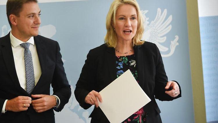 Manuela Schwesig (SPD), Ministerpräsidentin von Mecklenburg-Vorpommern, und Patrick Dahlemann (SPD), Staatssekretär für Vorpommern. Foto: Stefan Sauer/Archivbild