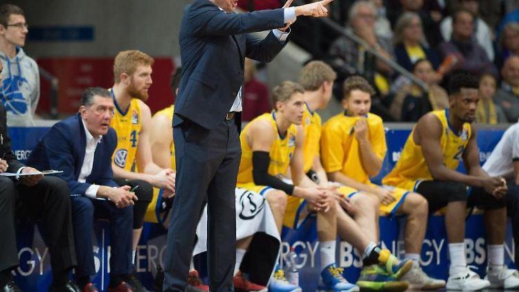 Braunschweigs-Trainer Frank Menz gestikuliert während eines Spiels. Foto: Swen Pförtner/Archivbild