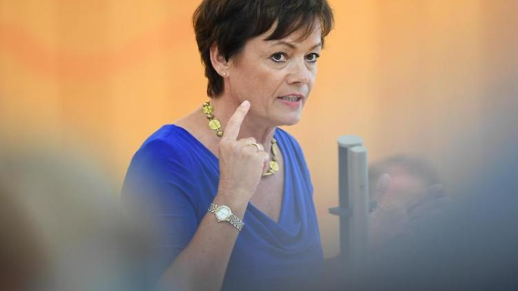 Lucia Puttrich (CDU), Europaministerin des Landes Hessen, spricht während einer Plenarsitzung des Landtags. Foto: Arne Dedert/Archivbild