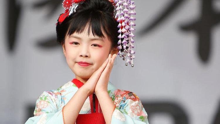 Ein Mädchen der Hanayagi Tomokinu und Watanabe-Tanzgruppe tanzt beim Japan-Tag. Foto: David Young/Archiv