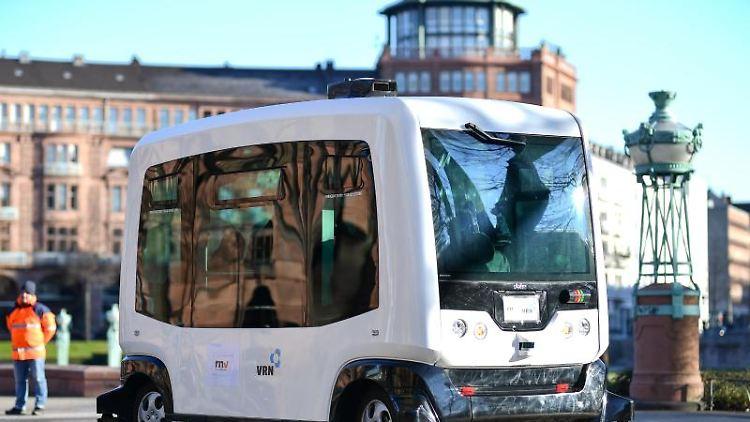 Ein Bus vom Typ EZ10 bei der Präsentation des autonomen, selbstfahrenden Bus-Shuttles der Firma Easymile. Foto: Uwe Anspach/Archiv