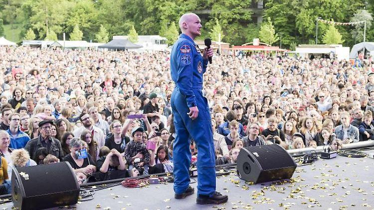 Der von seiner ersten Mission zurückgekehrte Astronaut Alexander Gerst steht während seiner Willkommensparty vor mehreren Tausend Zuschauern. Foto: Daniel Maurer/Archiv